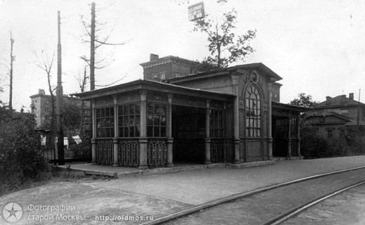 Одни говорят, что чудом сохранившаяся деревянная постройка построена в 1941 году (по другой версии - в 1926) по проекту архитектора Трамвайтреста Евгения Шервинского.
